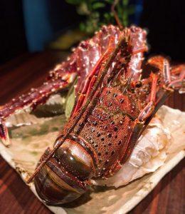 横浜関内で上質なステーキが楽しめる[円居]では、大伊勢海老の鉄板焼きが人気。
